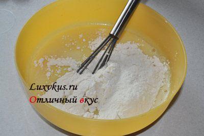 Замешиваем тесто пирога