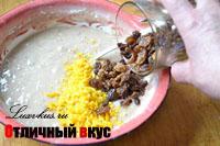 Изюм добавляем в тесто