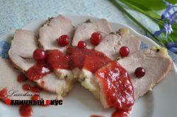 Свинина в клюквенным соусом