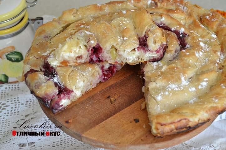Пирог улитка с вишней творогом и яблоком