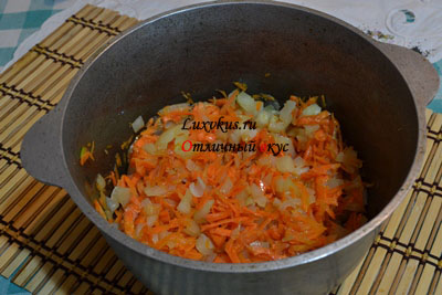Тушенные морковь и лук