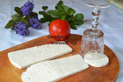 Вырезаем кружочки из сыра