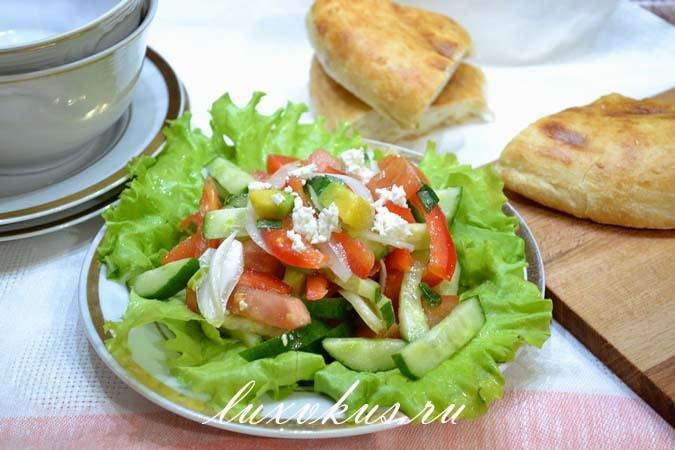 Выкладывааем салат на листья салата.