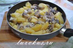 Жареные шампиньоны с картофелем на сковороде
